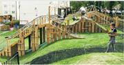 英國倫敦就兒童及青少年遊樂用地規劃的補充指引中,提及位於哈克尼(Hackney)地區、於2010年建成的Evelyn Court Estate Playground,作為其中一個公園設計案例。該社區密度高,屋苑與主要道路之間有750平方米綠色空間,設計遊樂場的公司順着該空間的地勢設計出攀爬網及滑梯等,並加入自然元素如木材作為建築物料。(補充指引截圖)