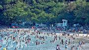 本港昨日天晴酷熱,大批市民到西貢清水灣暢泳消暑。(馮凱鍵攝)