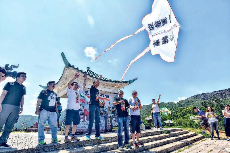 支聯會昨舉辦「民主風箏行動」,成員把寫有「抗威權、悼六四」和「結束一黨專政」的風箏放上天空,悼念六四死難者。(馮凱鍵攝)