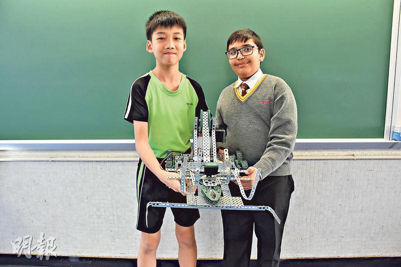 小五的吳萃恒(左)和小四的毛建文(右)是學校STEM小組的成員,毛建文說砌模型、寫程式遇上難題時,常常會請教吳萃恒。