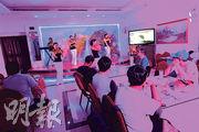朝鮮在中國及其他國家都開設有官辦餐廳,據報員工皆是朝鮮國家精英階層。圖為在迪拜的朝鮮餐廳,有女職員為顧客表演音樂。(法新社)