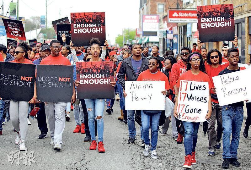美國芝加哥上周六有反槍械暴力的示威,有出席者手持「夠了就是夠了」的標語,抗議政府管制槍械不力。(路透社)