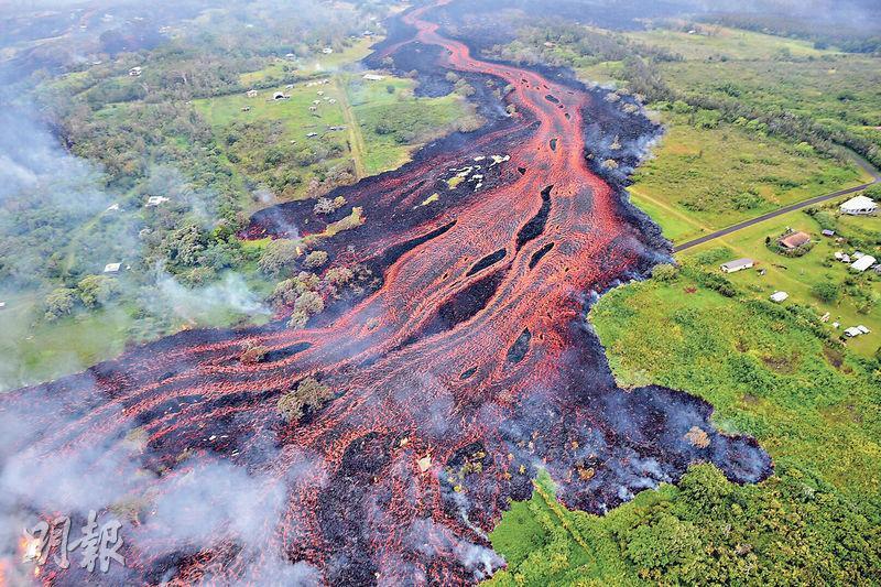 美國地質調查局周日發放的鳥瞰圖片顯示,夏威夷基拉韋厄火山的熔岩上周六在大島上闢出一道綿長寬廣的熔岩帶。(法新社)