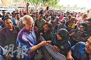 馬來西亞前首相納吉布(前左)周日(20日)在他的家鄉北根與支持者握手。(法新社)