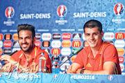 在2016年歐洲國家盃期間,代表西班牙出賽的艾華路莫拉達(右)與法比加斯在記招中神態輕鬆,卻沒想到這對車路士球星兩年後一起緣盡下月中展開的世界盃。(資料圖片)