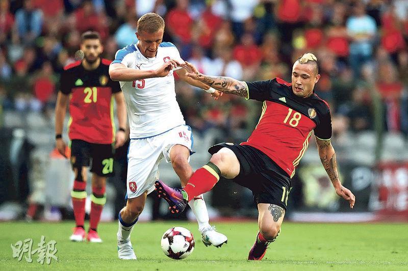 尼恩高蘭(右)去年6月代表比利時友賽捷克時表現勇悍,但昨不獲教練馬天尼斯垂青,無緣到俄羅斯踢世界盃。(資料圖片)