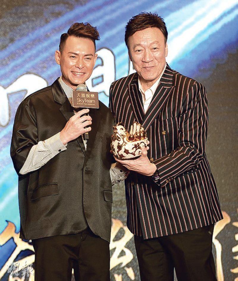 海俊傑(左)簽約天盟娛樂4年,陳欣健(右)特別送上金雞擺設,寓意他為公司生金蛋。(攝影﹕劉永銳)