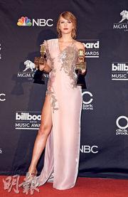 最近忙於舉行巡唱的Taylor Swift,前日驚喜現身頒獎禮,穿著Atelier Versace粉紅色長裙,顯得格外高貴。(法新社)