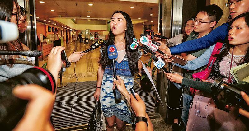 唐姓女子在法院外向記者表示,公開聆訊理應有透明度,質疑其他法律代表亦沒有依循法庭規定。唐認為「每個人都應該是平等的」。(李紹昌攝)