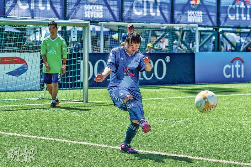 患唐氏綜合症的梁以琳(Elaine)加入香港足球會「十字軍訓練計劃」近10年,她原本並不好動,經訓練後變得積極,現為球隊後衛。她上周六有份參與香港足球會表演賽,即席示範球技。(鄧宗弘攝)
