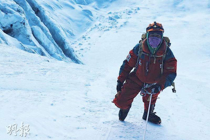 本港19歲青年陳家希(Benjamin)成功登上珠峰頂,或成為本港最年輕征服珠峰的人。其胞兄Daniel說,Benjamin身體壯健,身高近6呎,是運動健將。圖為他月初登上珠峰第三營地(7300米)的照片,他說沿路越過陡峭的洛子峰 (Lhotse Face)時,「渾身都累透」。(陳家希facebook)