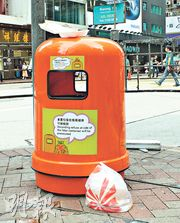 食物環境衛生署2016年曾在各區分批更換新「細口」垃圾桶(圖),惟清潔工人指出,垃圾桶的投入口收窄後,市民難把大件垃圾投入桶內,多把垃圾扔在垃圾桶旁。