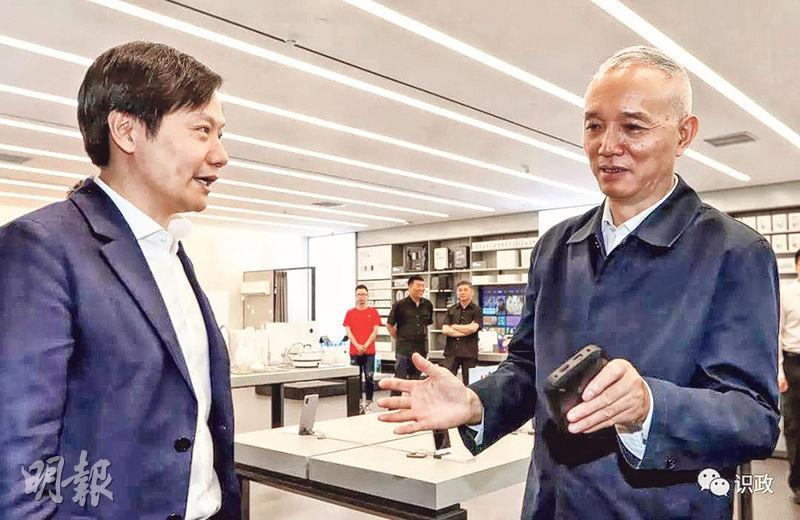 北京市委書記蔡奇(右)前日視察中關村企業,要求政府服務好高科技企業,圖為小米創辦人雷軍(左)與他交談。(網上圖片)