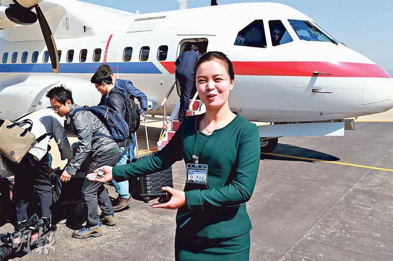 韓國記者團昨搭飛機直達朝鮮元山,朝方派出11名關員和接待員(前)處理相關事宜。(路透社)
