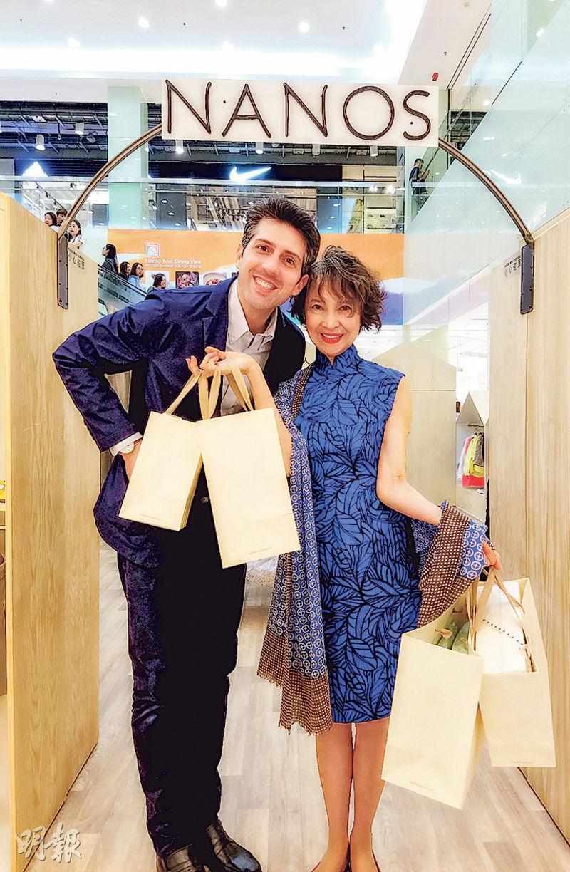 蕭芳芳自掏腰包選購了不少戰利品,梁詠琪老公Sergio大讚芳芳姐既親切又幽默風趣。