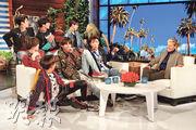 BTS接受愛倫狄珍妮絲(右一)的節目訪問,結果被整蠱,成員J-Hope更被嚇到墮地。