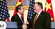 中國國務委員兼外交部長王毅(左)與美國國務卿蓬佩奧(右)共同見記者後握手。(法新社)