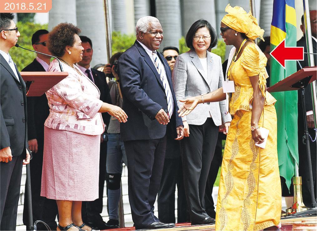 蔡英文(前右二)本周一接待所羅門群島總理何瑞朗伉儷(前右三及四)時,布基納法索駐台大使沙娜(Aminata Sana,箭嘴示)亦在場。(中央社)