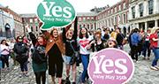 都柏林有支持放寬墮胎的民眾慶祝公投結果。(路透社)