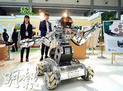 白宮在聲明中表示,將對從中國進口的包括高科技以及與「中國製造2025」相關的產品徵收25%關稅,6月中將公布清單。圖為在西安的一個國際展上展出的中國機械人。(新華社)