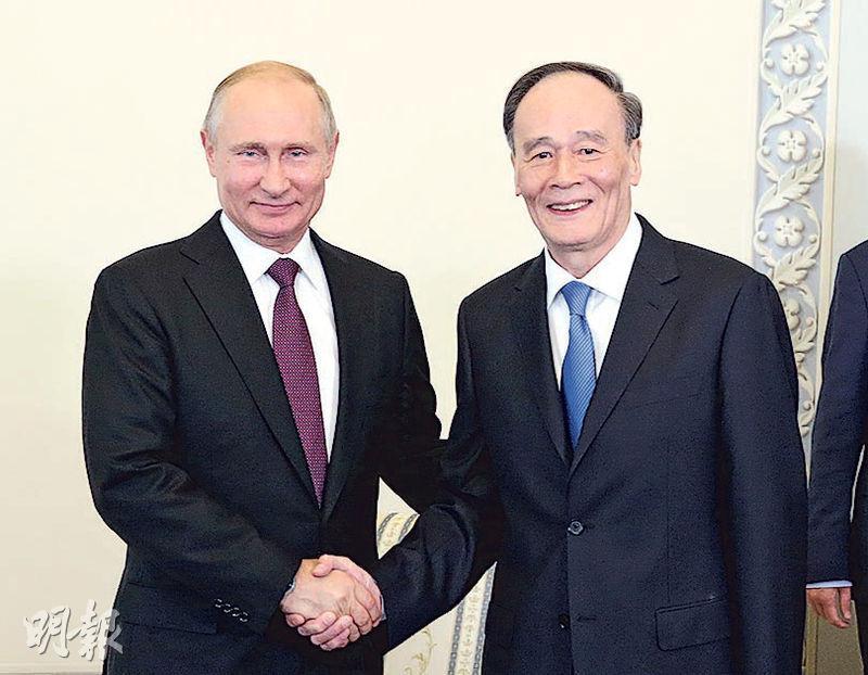 王岐山(右)出任國家副主席後首次外訪,頭站抵達俄羅斯,並在24日與俄總統普京(左)會面。(新華社)