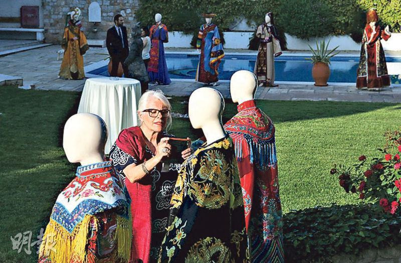中、希近年官民交流漸頻密。圖為上周二(22日)在希臘雅典,舉行中國駐希臘大使館向比雷埃夫斯銀行文化基金會捐贈中國戲劇服飾儀式。(新華社)