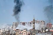 以軍昨日空襲加沙,城內冒出黑煙。(法新社)