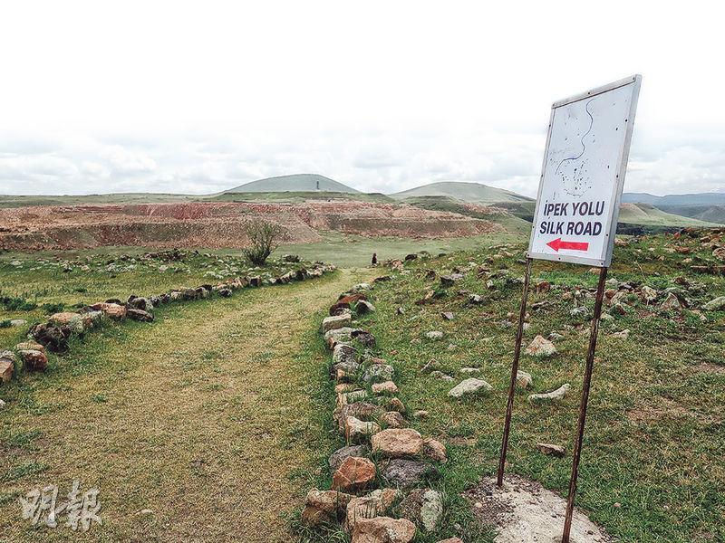 土耳其對自身絲路歷史感到自豪。圖為東部邊境著名景點兼舊日絲路重鎮阿尼古城,有土英雙語指示牌,介紹絲綢之路的路線方向。(周宏量攝)