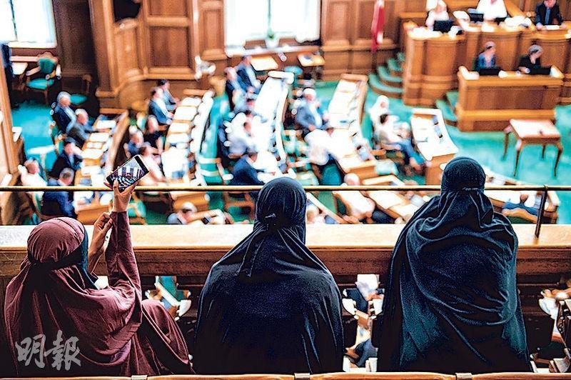 有穿著全臉面紗的穆斯林婦女到丹麥國會旁聽。(法新社)
