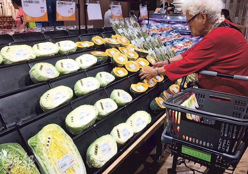 日本蔬果受港人歡迎,政府計劃有條件放寬4個涉日本核泄事故地區的蔬果進口,但有專售日本蔬果的超市表明注重食品安全,目前未有計劃重新引入有關縣份的食品。圖為一田超市。(楊柏賢攝)