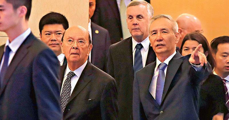 最新一輪中美經貿磋商結束後,中美雙方先後單獨就這次談判發表聲明。圖為美國商務部長羅斯(前左)率領的美方團隊與中國副總理劉鶴(前右)率領的中方團隊於2日、3日在北京談判。(法新社)