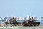 台灣漢光演習昨在淡水河作反突擊、反滲透演練,模擬解放軍自河口進犯,台軍出動CM11「勇虎」坦克(圖)、「標槍」導彈、CM22迫炮車反擊,死守關渡大橋防線,確保政經中樞的安全。(路透社)