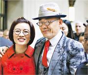 被控持槍、藏毒等罪的上海諧星周立波,4日獲撤銷有關罪名,僅因開車時使用手機被罰款238美元(約1867港元)。圖為周立波(右)與妻子胡潔(左)走出紐約法庭。(中新社)