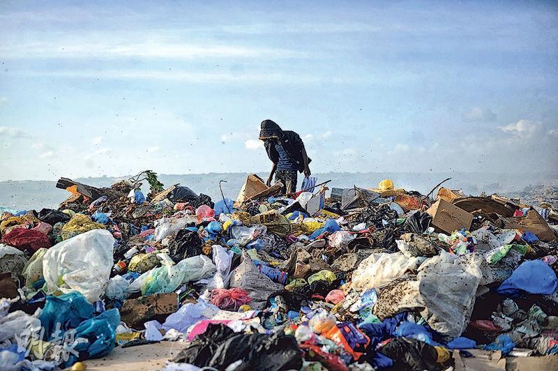 塑膠污染是現代社會急需解決的問題。圖為上周六索馬里首都摩加迪沙的瓦達吉爾垃圾場,堆積着大量難以分解處理的塑膠廢物。(法新社)