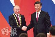 首頒勳章——國家主席習近平(右)向俄羅斯總統普京(左)頒授中國首枚友誼勳章。(法新社)