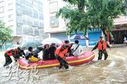 高考最後一天,肇慶高要區200名考生及監考老師因水浸無法入場,當局出動橡皮艇接送考生。(中新社)
