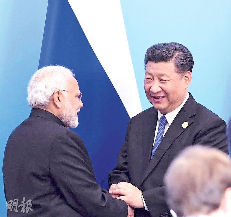 本次青島上合峰會,是印度及巴基斯坦成為成員國後的首次峰會。圖為國家主席習近平(右)與印度總理莫迪在簽字儀式上握手。(路透社)