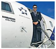 28歲張敬龍(圖)現於歐洲一家航空集團任副機長,是該集團首名華人機師。他今年奪得英國皇家飛行大獎,成為首名奪得該獎的華人。(受訪者提供)