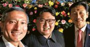 新加坡外長維文(左)昨晚在Twitter上載自拍照,他當時與教育部長王乙康(右)陪同金正恩(中)遊覽濱海灣花園、濱海灣金沙酒店空中花園觀景台。(網上圖片)