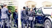 特朗普昨在午餐後與金正恩(左三)散步,其間向對方展示其綽號「野獸」的總統座駕。(路透社)