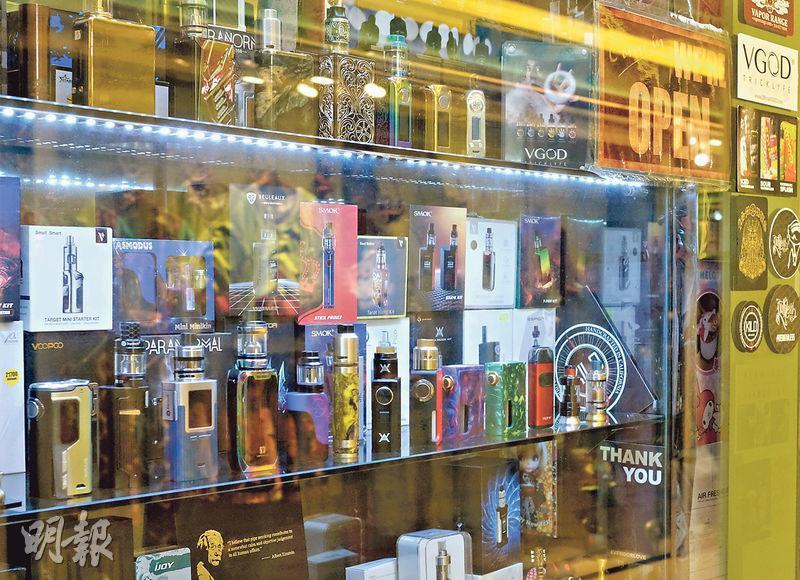 本報記者昨到銅鑼灣金百利廣場,發現有店舖出售電子煙。據第138章《藥劑業及毒藥條例》,若電子煙含有尼古丁,則被界定為藥劑製品,必須獲得香港藥劑業及毒藥管理局註冊才可在本地銷售或分銷。食衛局最新建議,要禁止向未成年人出售電子煙。(曾憲宗攝)