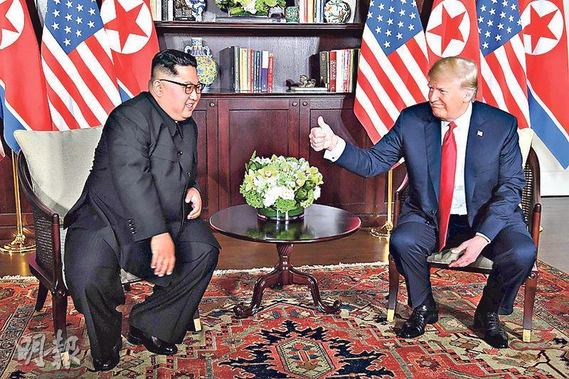 朝鮮領袖金正恩(左)與美國總統特朗普(右)昨在新加坡舉行會談前先讓傳媒拍照,其間特朗普向對方豎起右手大拇指。(法新社)