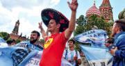 世界盃今日開鑼,各地球迷陸續抵達俄羅斯觀戰,有阿根廷國家隊支持者昨日在莫斯科克里姆林宮外為球隊打氣。(法新社)