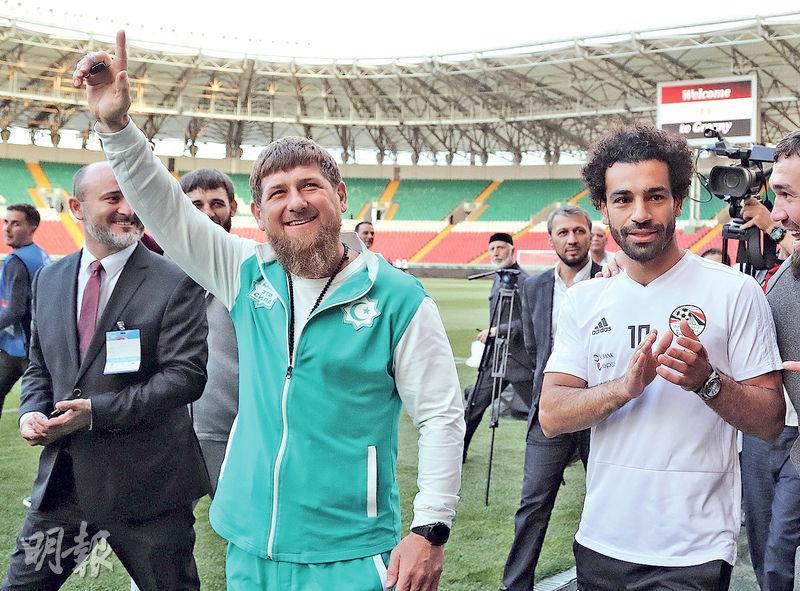 車臣領袖卡狄羅夫(前左)周日到埃及足球隊訓練營探班,並跟利物浦球星沙拿(右)合照,掀起爭議。(法新社)
