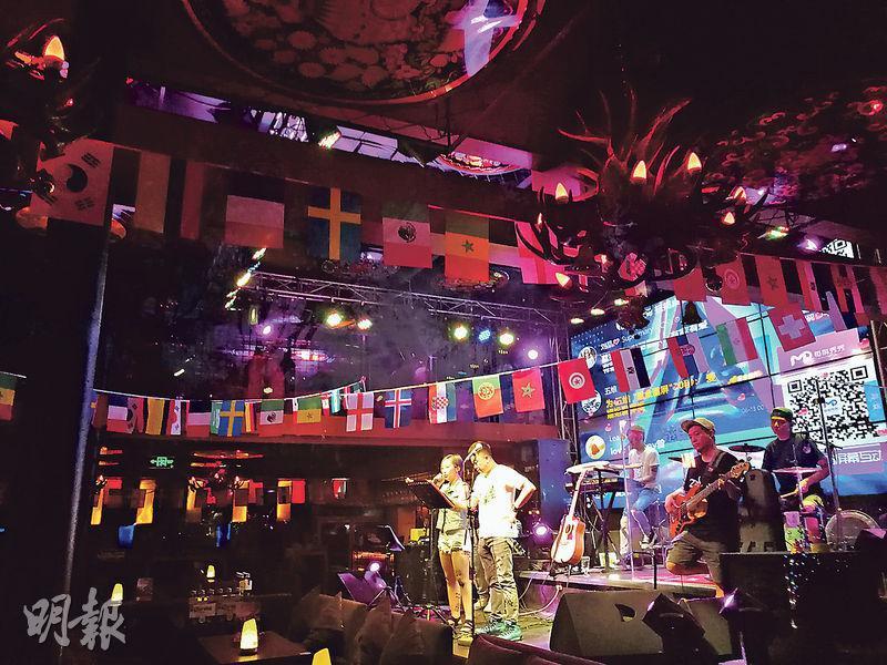 在北京後海的酒吧除了掛着各種旗幟外,還會向食客派發小喇叭小手鼓,增加氣氛。(鄭海龍攝)