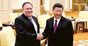 國家主席習近平(右)接見來訪的美國國務卿蓬佩奧(左),蓬佩奧則順道祝他生日快樂。(路透社)