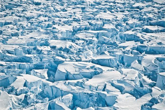 《自然》科學期刊網站刊登南極派恩島冰川(Pine Island Glacier)2010年1月出現裂縫的情况。(法新社)