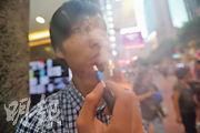 加熱煙毋須燃燒煙草,透過電子裝置高溫加熱俗稱「煙彈」的煙草棒,用家以吸食傳統香煙的方式吸入真煙草所產生的氣霧(如圖),煙草業稱加熱煙禍害較傳統香煙較少,醫學界指加熱煙一樣有煙草,加熱後亦會釋出多種有害物質。(李紹昌攝)