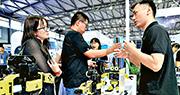 白宮徵稅列表中包括「中國製造2025」中的多個項目。圖為「2018亞洲消費電子展」13日在上海開幕,工作人員展示一款小型家用機械人。(新華社)