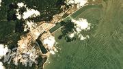 台山核電廠攝於2018年6月10日的衛星圖片,核電廠廢熱水排水明渠內的水,水質較外面的水清澈,顏色也有分別,顯示核電廠曾排放廢熱水。(傳真社提供)
